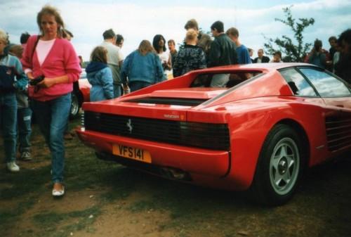 Ferrari Testarossa, atractie pentru femei13066