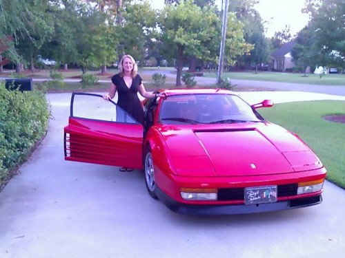 Ferrari Testarossa, atractie pentru femei13067