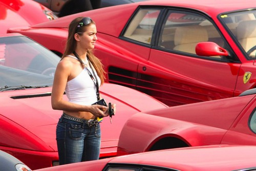 Ferrari Testarossa, atractie pentru femei13069