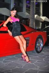 Ferrari Testarossa, atractie pentru femei13076