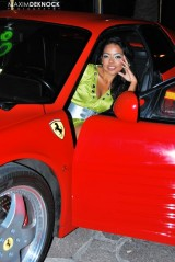 Ferrari Testarossa, atractie pentru femei13077