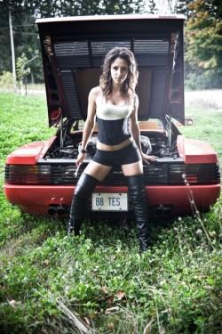 Ferrari Testarossa, atractie pentru femei13078