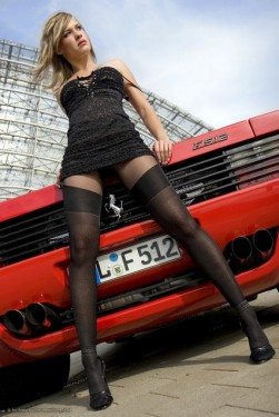 Ferrari Testarossa, atractie pentru femei13083
