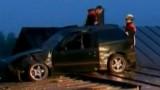 VIDEO: O masina aterizeaza pe o casa10827