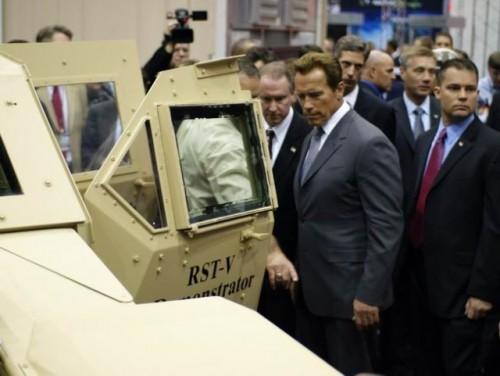 Arnold Schwarzenegger isi mai ia un Hummer?9703