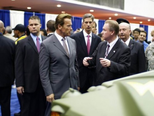 Arnold Schwarzenegger isi mai ia un Hummer?9704
