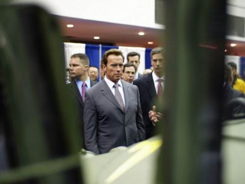 Arnold Schwarzenegger isi mai ia un Hummer?9708