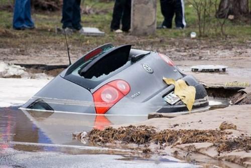Un VW Golf a fost 'inghitit' de asfalt8538