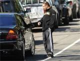 Vedete si masini: Russell Crowe face autostopul?8007