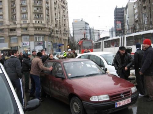 Taxa auto: sute de oameni in strada in Capitala3633