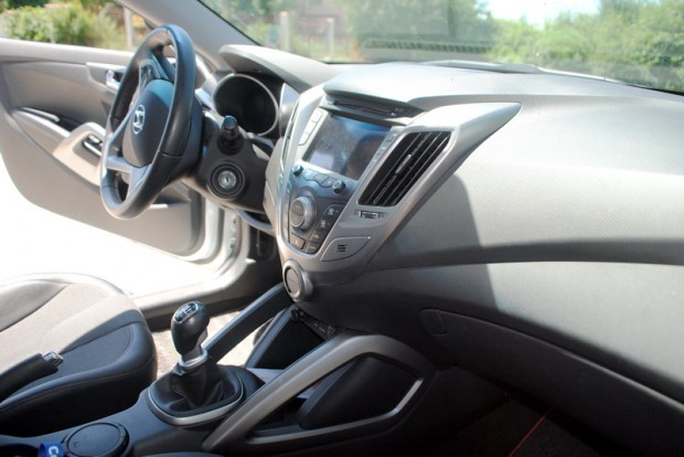 Din stanga coupe, din dreapta hatchback, din fata si din spate masina sport, in Romania penalizat din cauza prejudecatilor. Iata definitia Hyundai Veloster.