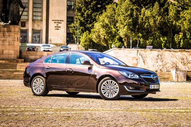 Încadrându-se cu succes în linia de design a celor de la Opel, Insignia a fost structurată mai degrabă ca un coupe sportiv nu ca un hatchback de familie