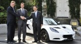 Seful Lotus ii face cadou sefului Toyota un Elise pentru a celebra parteneriatul dintre companii30846