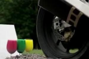VIDEO: O motocicleta Aprilia incearca sa picteze