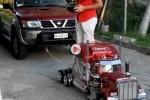 VIDEO: Incredibil, o masinuta-macheta tracteaza un SUV!