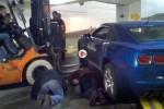 Un motostivuitor Toyota sare in ajutorul unui Chevrolet Camaro