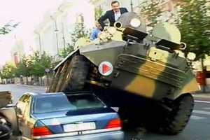 VIDEO: Un primar din Lituania a zdrobit un Mercedes S-Klasse cu tancul