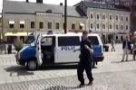 VIDEO: Cum danseaza un politist suedez