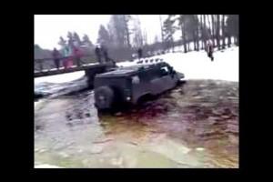 VIDEO: Doua Hummer au intrat la apa in Rusia