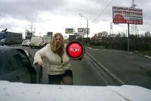 VIDEO: Karate Girl ia la bataie un SUV