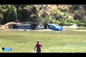 VIDEO: De pe drum in apa
