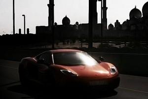 VIDEO: McLaren MP4-12C isi face drum prin desert