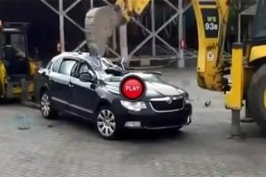 VIDEO: Cum se distrugeti un Skoda Superb nou cu un buldoexcavator