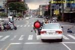 Intre timp in Taiwan - Un sofer iresponsabil loveste patru persoane si fuge. Salvarea trece pe langa locul accidentului