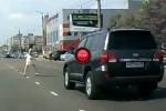 VIDEO: Iata ce se poate intampla atunci cand treceti strada prin locuri necorespunzatoare