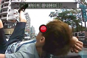 Un asiatic mimeaza un accident nestiind ca a fost filmat