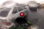 VIDEO: Slalom printre masini cu motocicleta