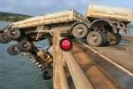 Intre timp in Brazilia - Un camion a ramas atarnat de un pod dupa un accident