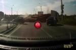 Intre timp in Ucraina - Cineva si-a pierdut lemnele pe autostrada