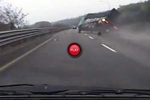 VIDEO: I-a explodat cauciucul pe autostrada