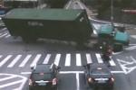 VIDEO: Cel mai norocos scuterist din lume