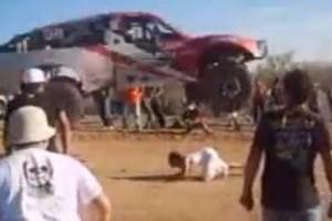 VIDEO: O masina de raliu sare peste un fan nebun